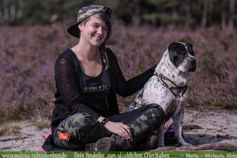 Hund und Frauchen beim Wandern auf dem Heidschnuckenweg