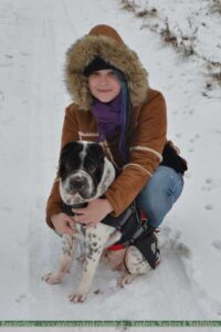 Shar Pei und Halterin im Schnee