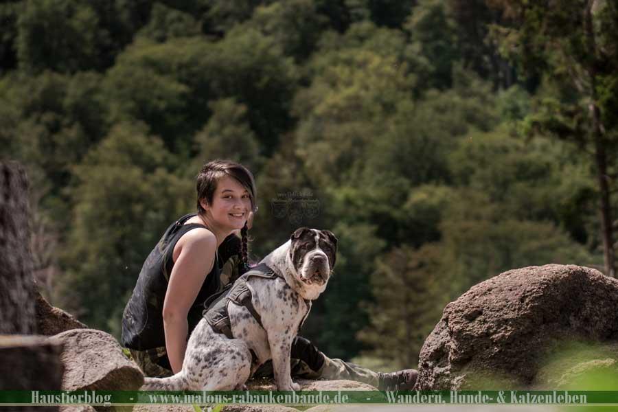 Pause beim Wandern mit Hund im Harz