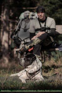 Hund entspannt bei Wanderer auf Heidschnuckenweg