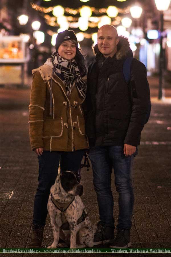 Pärchen mit Shar Pei im Winter in der Stadt